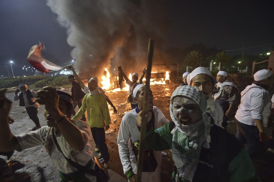2016年11月4日,鍾萬學的發言被人剪輯成他在批評伊斯蘭教的視頻,引起軒然大波。激進勢力動員了幾十萬人表達抗議。