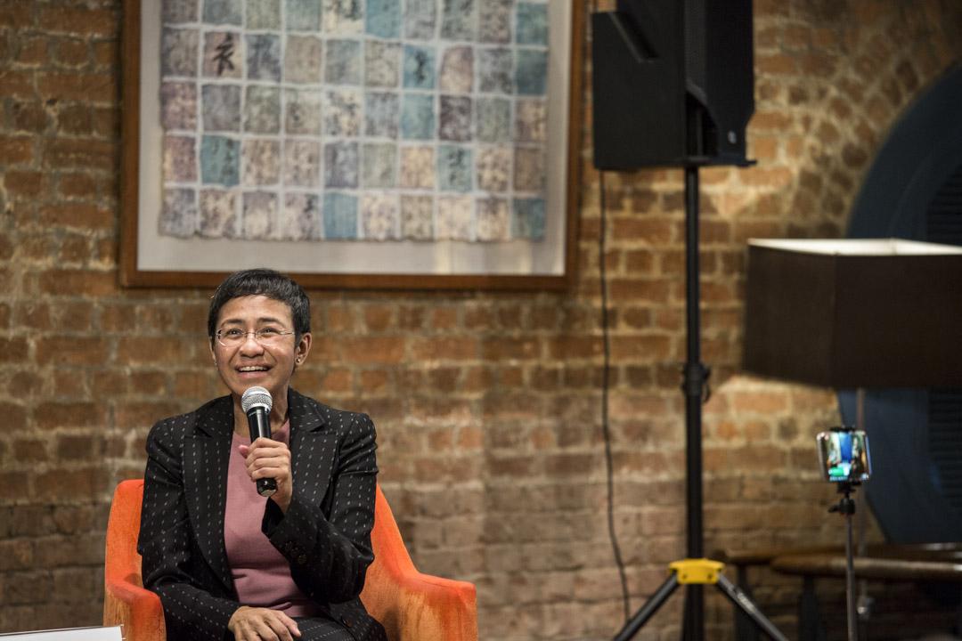 2019年5月17日,雷薩在香港外國記者協會進行分享會,其中在午餐桌上架起腳架為自己直播。