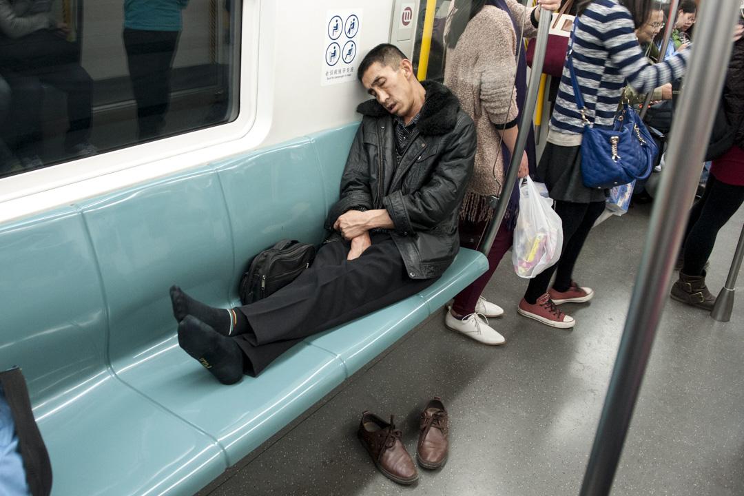 新版《北京市軌道交通乘客守則》規定,在地鐵車廂內進食、一人同時佔用多個座位、採取違規進出閘機或偽造變造票卡等方式逃票、推銷產品或從事營銷活動、大聲外放視頻或音樂等五類不文明乘車行為,將被納入個人信用不良記錄。 圖:IC photo