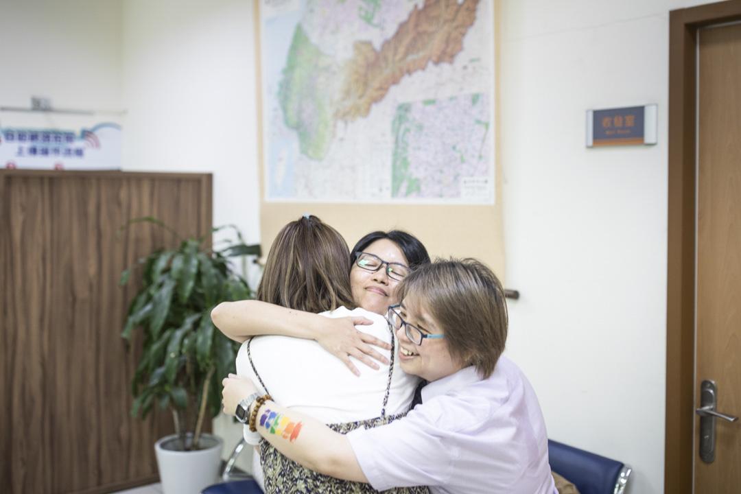 台中市南屯區的戶政事務所內,相戀十七年的女同志林阿比和王蘇摩正式登記結婚。