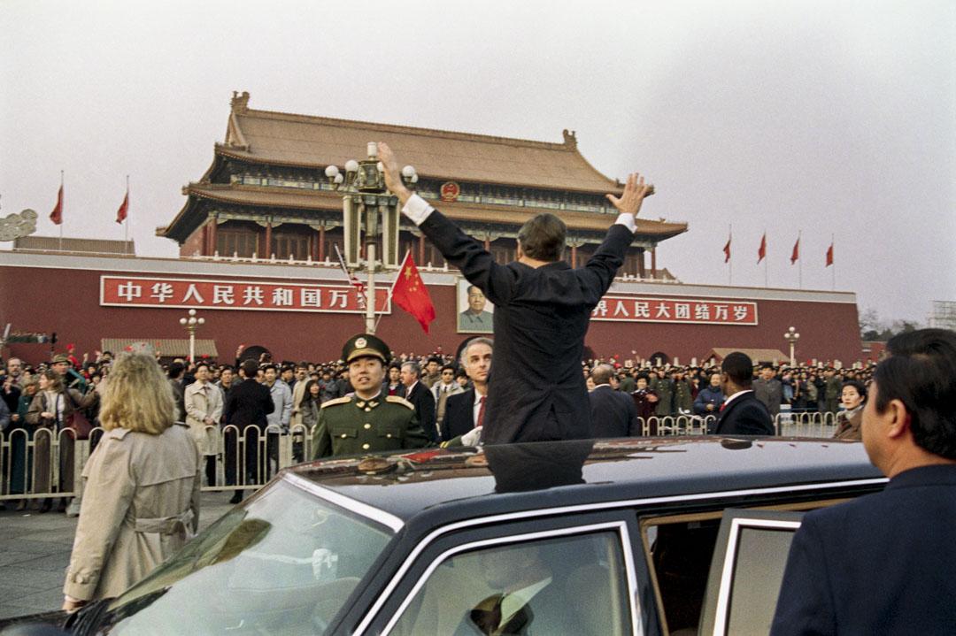在1989年1月就任職美國總統的老布殊在自己家鄉德州建立總統圖書館。圖為布殊於當年2月訪問中國時,向天安門廣場的一群中國圍觀者揮手致意。