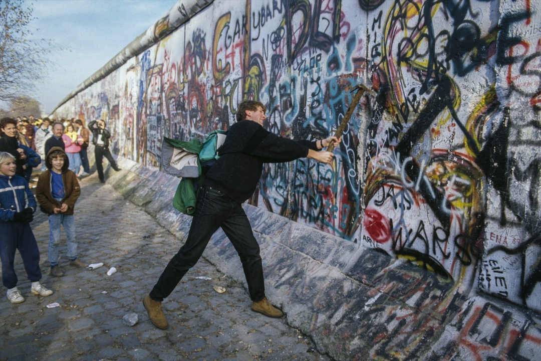 今年是「六四」天安門屠城30周年,也是「柏林圍牆倒塌」30周年。北京和柏林雖然相隔七千多公里,但直覺告訴我,這兩件大事必然有其內在的關聯,無論是直接或間接的。 攝:Jacques Langevin/Sygma via Getty Images