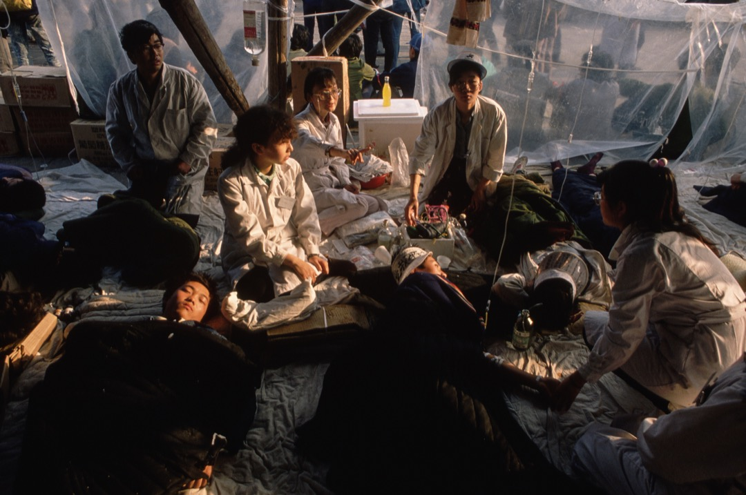 1989年5月,學生在天安門廣場絕食抗議,醫護人員在傍監察學生身體狀況。