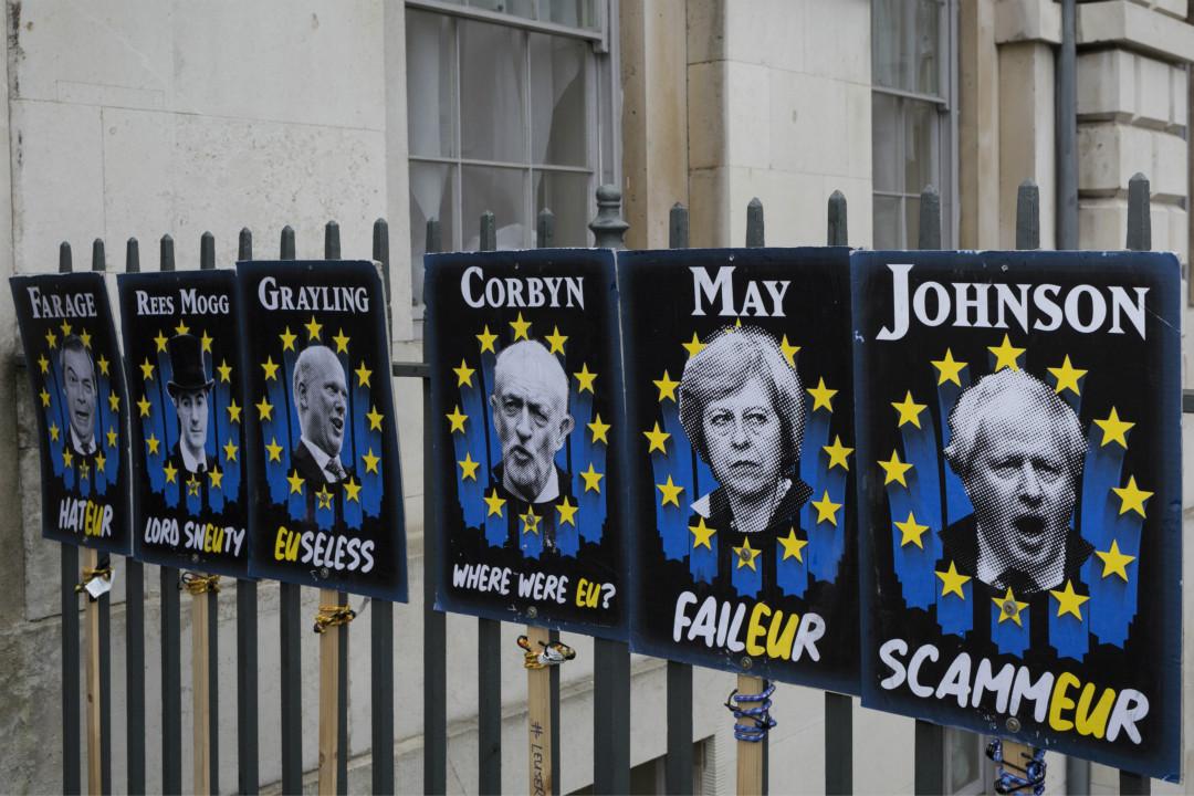 2019年3月2日,英國西敏寺對面圍欄上,民眾張貼版畫表達對跨黨派政客的抗議。 攝:Richard Baker/Getty Images