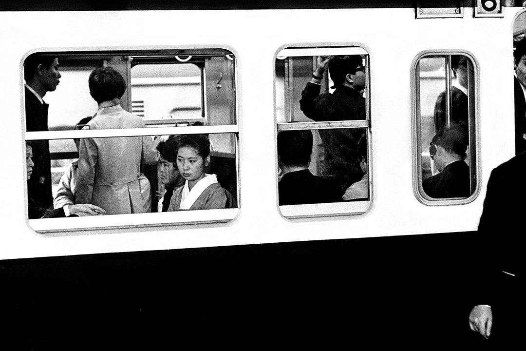 1971年9月,乘客在東京,等待火車離開站台。