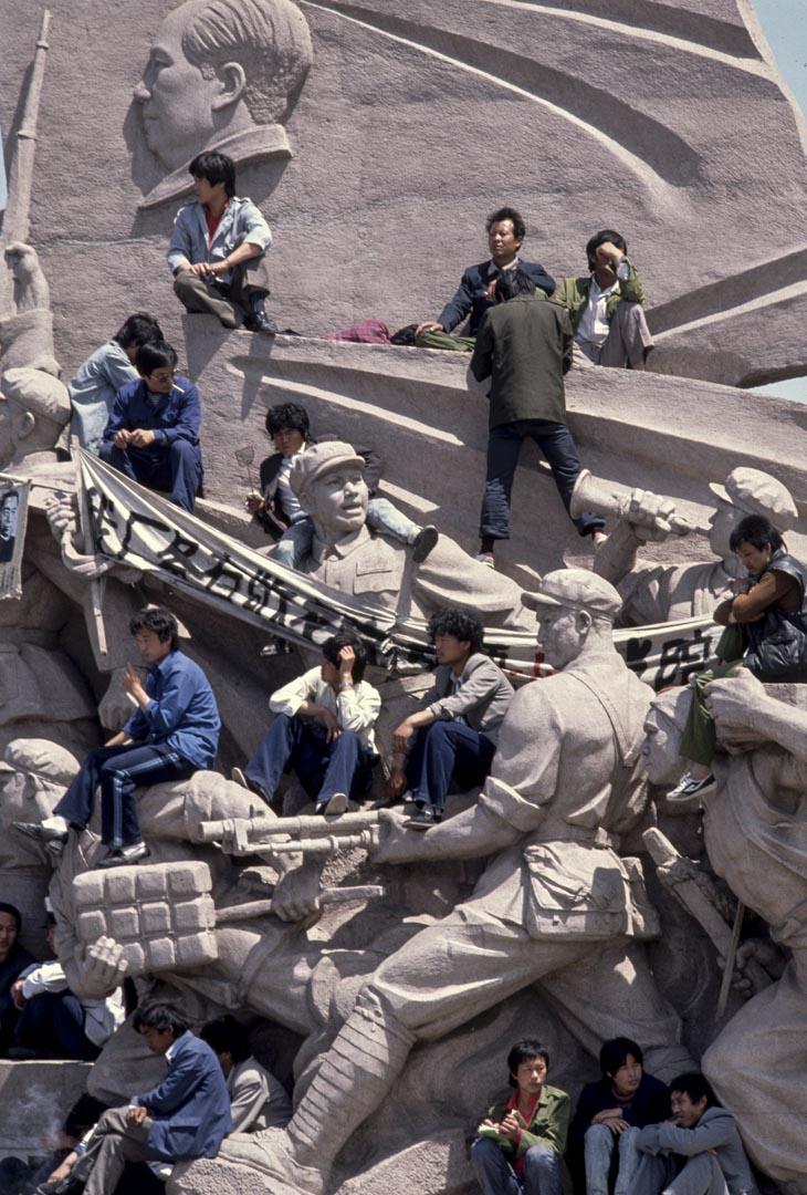 1989年,學生爬上天安門廣場毛澤東陵墓雕刻上抗議。