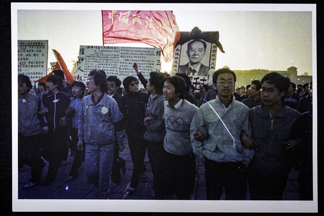 1989年4月22日,吳仁華(前排右起第五)在北京天安門廣場時,被當時的香港記者司徒元拍下的一張照片。