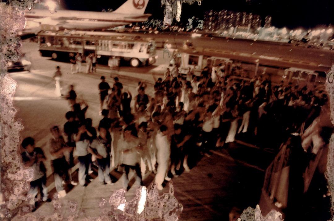當飛機降落到香港啟德機場,機上所有人鼓起掌來,然後哭成淚人。就在此時,手臂戴著黑紗的機場人員和香港市民湧上前來,夾道歡迎。
