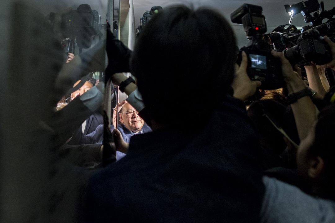 保安護送石禮謙離開會議室,並在混亂中進入立法會升降機,期間多名攝影記者不滿被立法會保安遮擋鏡頭。