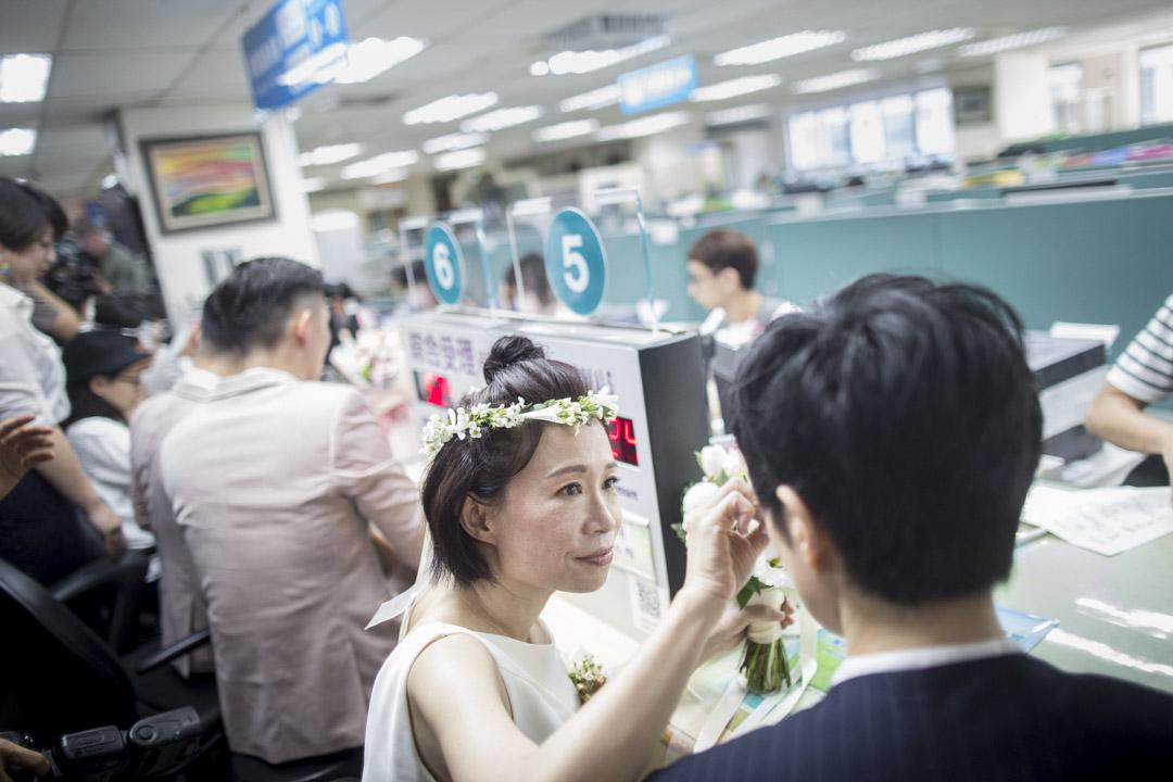 陳雪(Xue Chen)和早餐人(Anotonia Chen)在信義戶政事務所等候登記結婚。