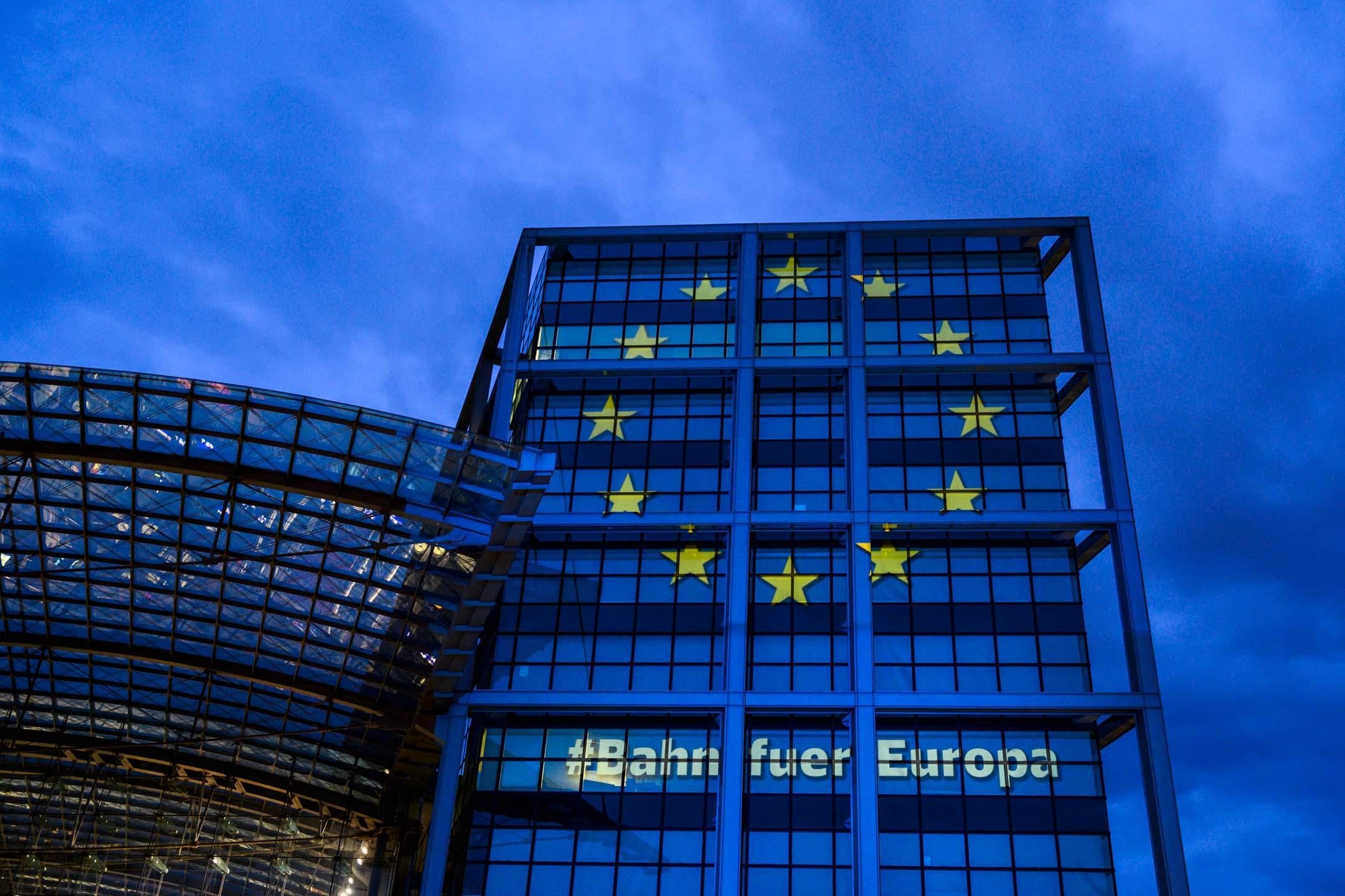 歐洲議會是世界上唯一由直接選舉產生的跨國議會,於5月23-26日進行歷年第9次選舉。圖為2019年5月6日,柏林火車站出現一面巨大的歐盟旗幟。 攝:John Macdougall/AFP/Getty Images