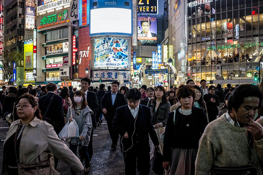 2015年3月20日,日本東京,市民下班後走向火車站。