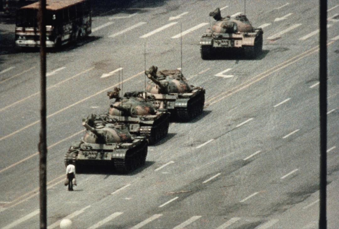 圖像猶存但姓名已逝,人們無從了解傷者的主張和行動,也無從了解「站在坦克前的中國人」的下落,更無法理解幾年後世界與這個「坦克中國」的媾和和三十年後所面臨的困擾。