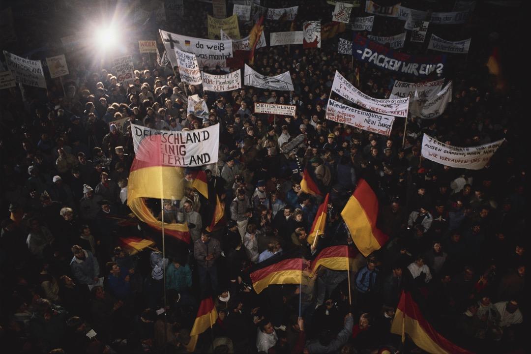 東德軍警向示威者說:「不要忘記天安門」,暗示當局可能採取血腥手段鎮壓萊比錫的群眾集會。但堅持以「和平、理性、非暴力」的抗爭模式來面對東德的軍警群眾,同樣對當局說:「不要忘記天安門」。