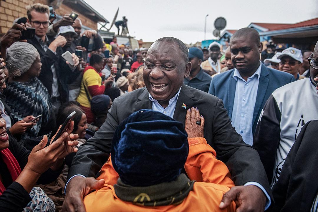 2019年5月8日,南非總統拉姆福薩在南非索韋托一個投票站投票,並與選民相擁 。 攝:Michele Spatari/AFP via Getty Images