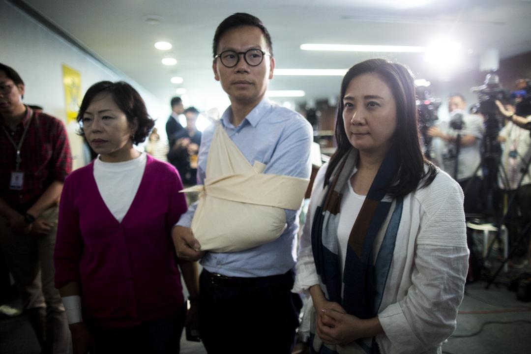 10:24AM - 民建聯議員陳恆鑌在早上會議室內的連番推撞後,報稱右肩感到劇痛,需用三角巾包紮固定。