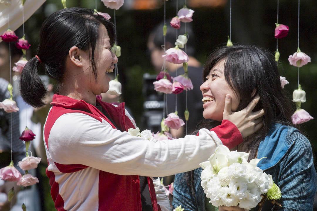 台灣成為亞洲第一個同婚合法化的地方, 同志們可正式登記結婚,跟常人一樣。