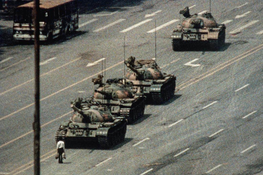 1989年6月5日,王維林在北京長安街上阻擋中國人民解放軍坦克車隊前進。