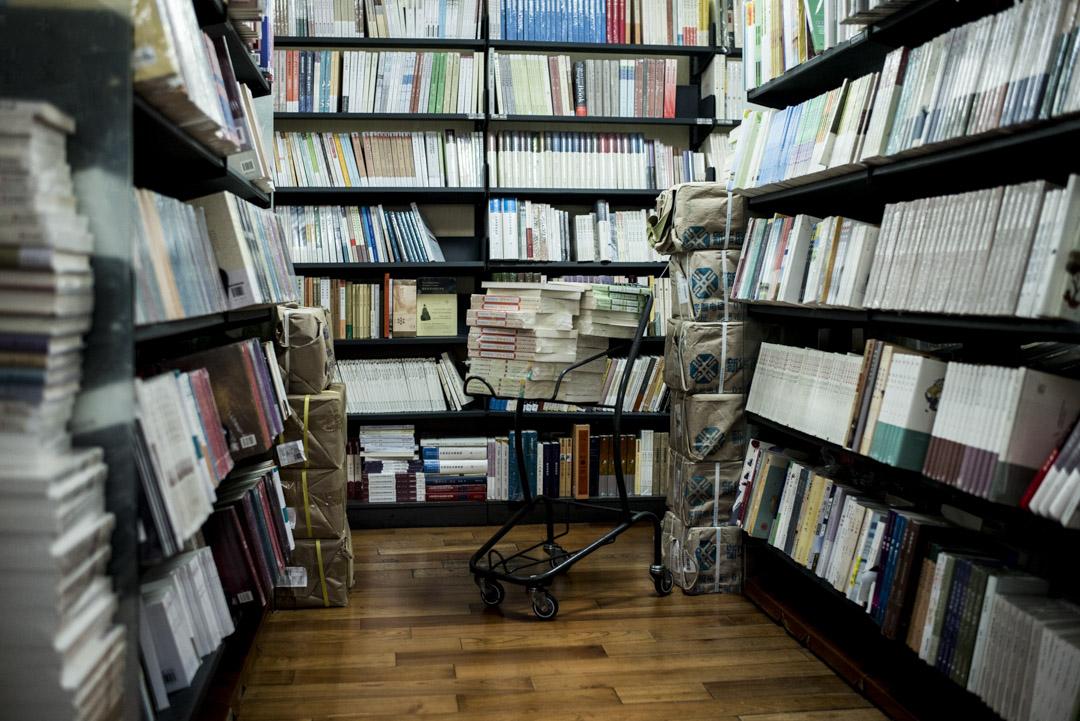 在過去近十年時間裏,一些國有出版社和民營圖書公司逐漸形成了比較常規的合作關係。雖然書號限額一直沒有完全放開過 ,2018年之前,書號總是夠用的,增補也比較靈活。