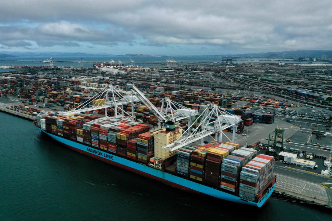 2019年5月13日,載滿集裝箱的貨船停靠在美國加州奧克蘭港口碼頭。 攝:Justin Sullivan/Getty Images