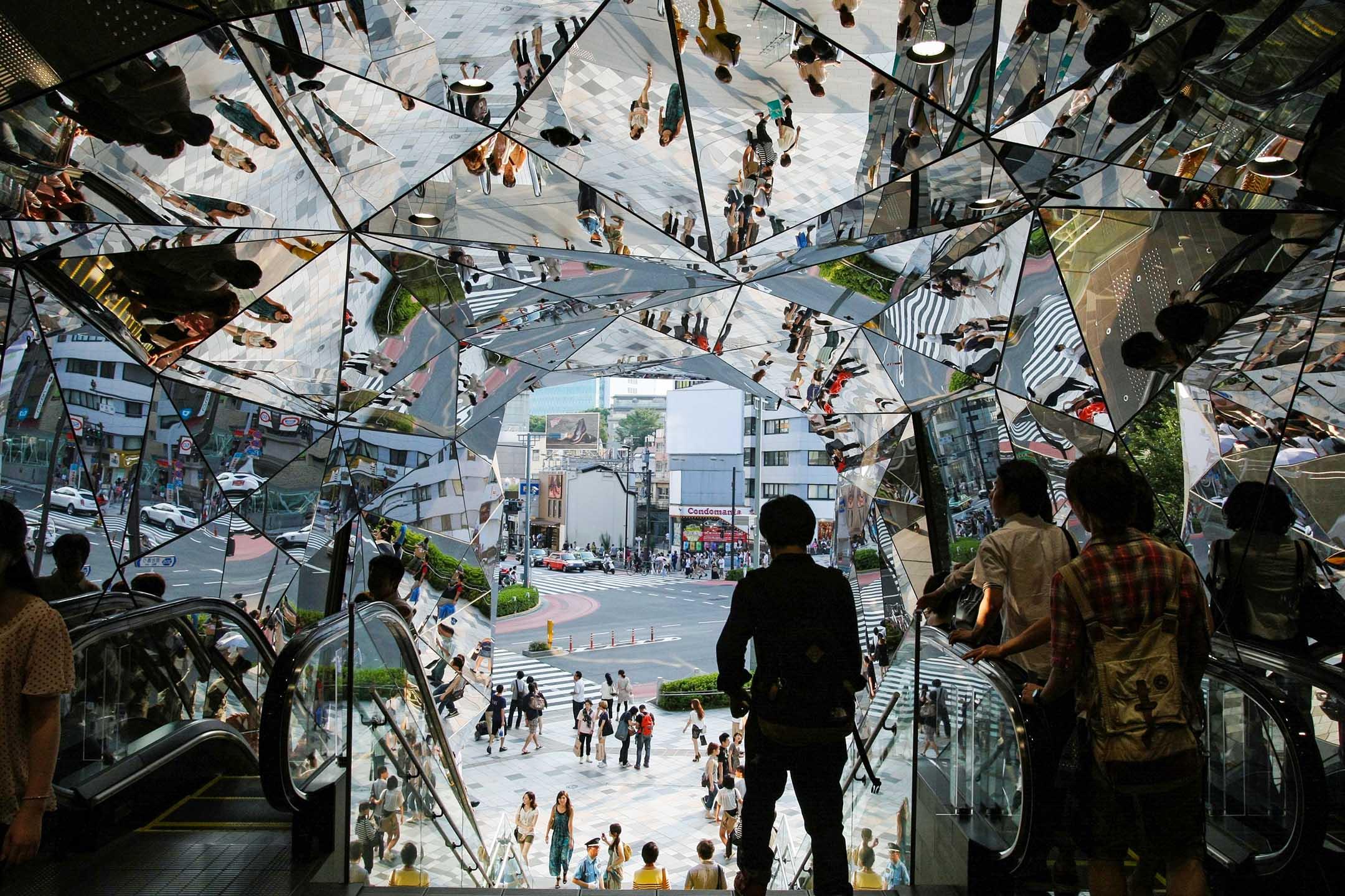 2015年5月30日,人被反映在東京都原宿時尚區的鏡子裡。 攝:Hitoshi Yamada/NurPhoto via Getty Images