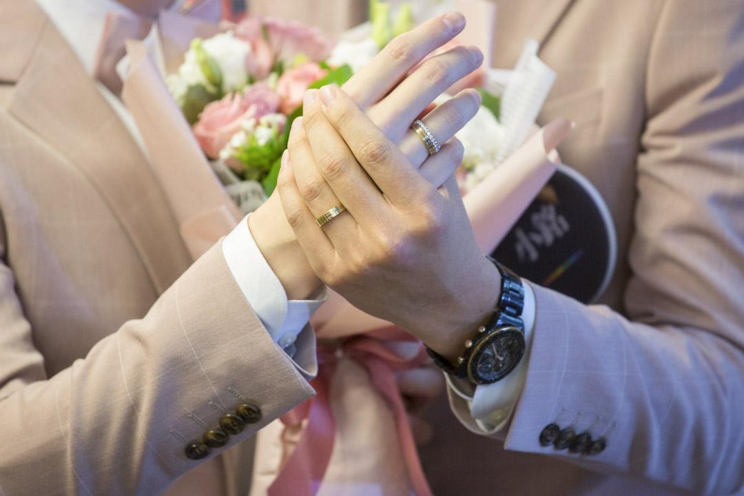 小玄(Shane)與小銘(Marc)向傳媒展示結婚介指。