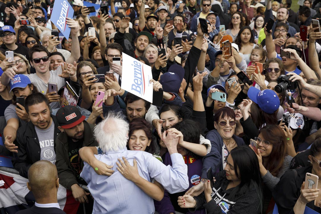 2019年3月23日,民主黨總統候選人桑德斯出席洛杉磯競選集會,與支持者擁抱。
