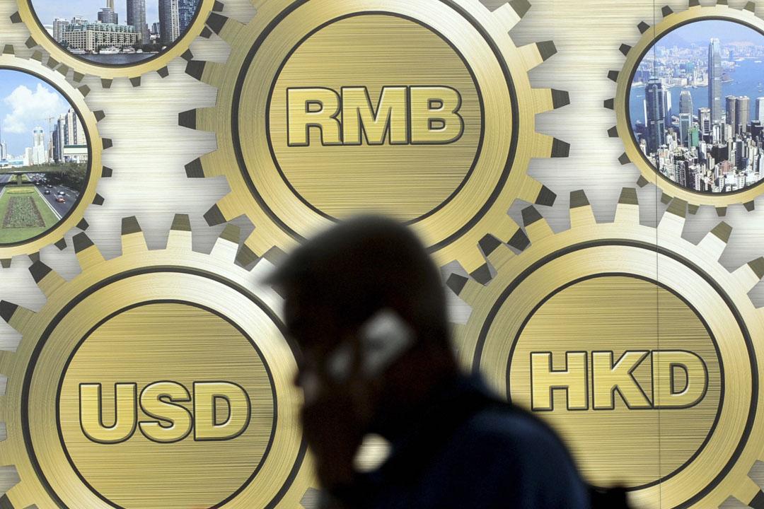 香港一幢大樓前展示的人民幣、港元和美元貨幣符號。