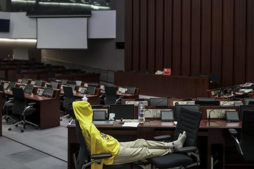 04:15AM - 法案委員會舉行前夕,包括鄭松泰在內的多名民主派議員留守立法會會議室,為防止建制派議員坐上主席位置。