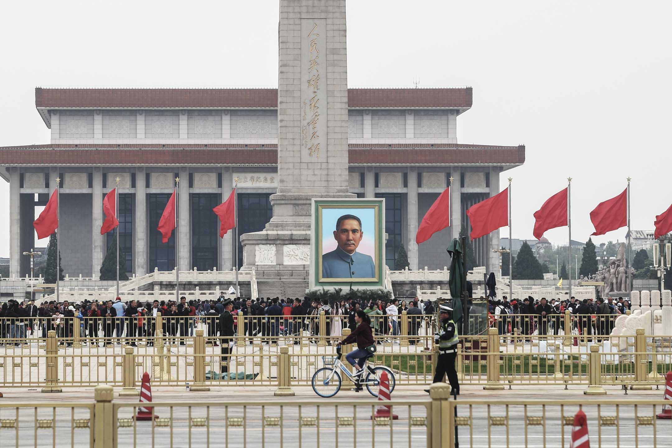 2019年4月28日,北京,孫中山巨幅畫像亮相天安門廣場,迎接即將到來的「五一」國際勞動節。 圖:IC photo