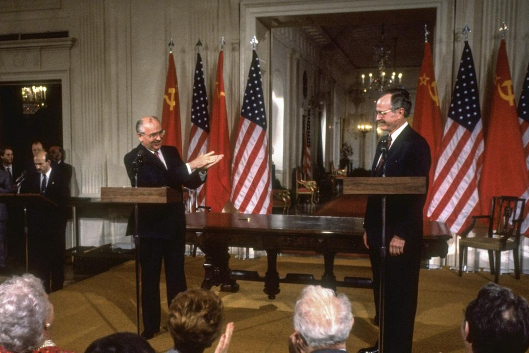 冷戰結束後,單極格局的到來讓美國領導的勝利西方主導建立了一個真正的自由主義國際秩序。圖為1990年,美國總統布殊與蘇聯總統。
