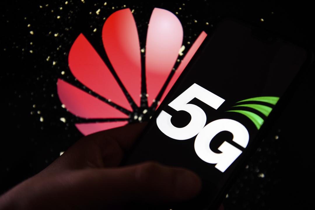 5G標誌顯示在Android手機上,後台有華為商標。