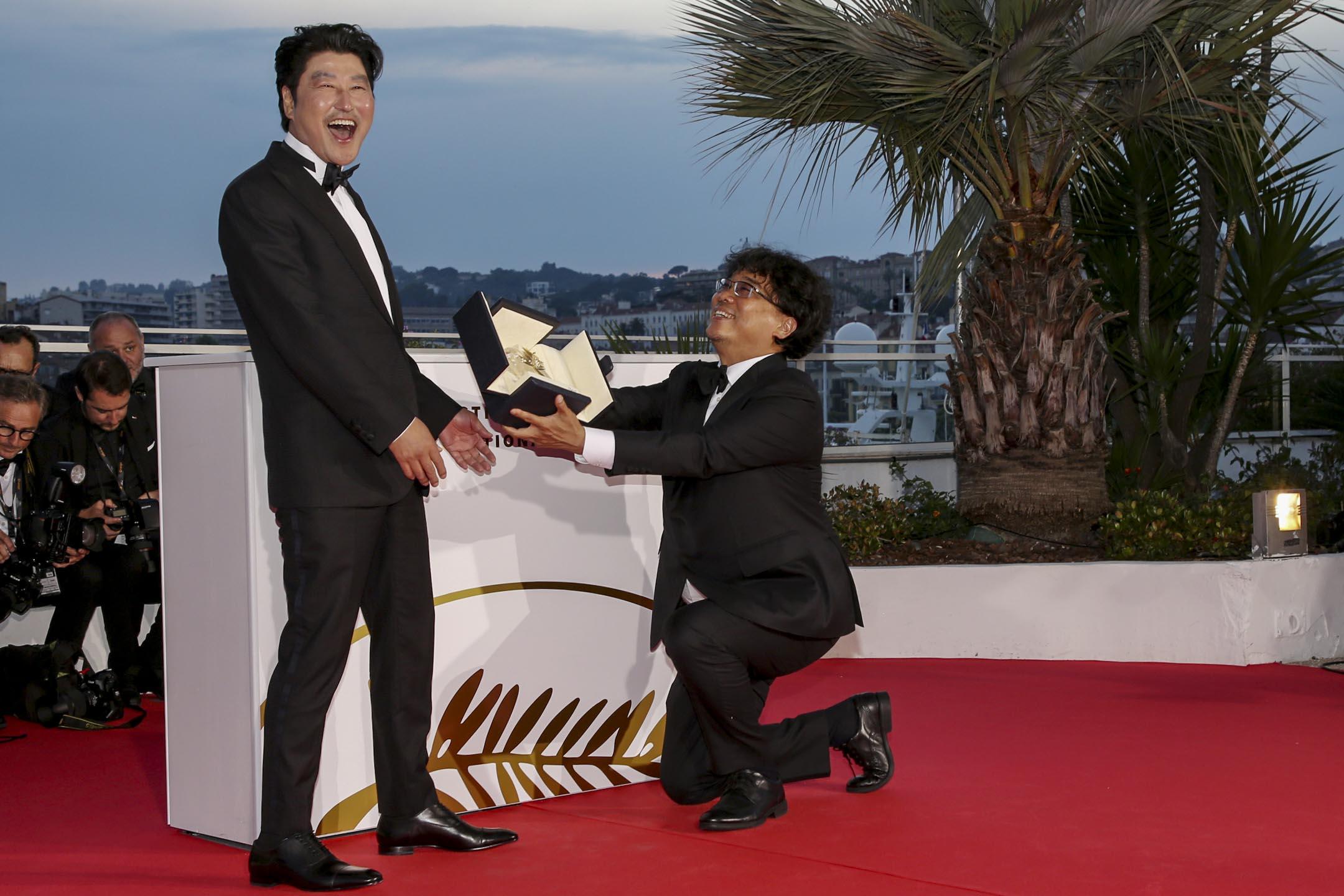 「第72屆康城影展」公布得獎名單,南韓電影《寄生上流》勇奪最高榮譽金棕櫚獎,導演奉俊昊(右)把金棕櫚獎獻給電影男主角宋康昊。 圖:IC photo