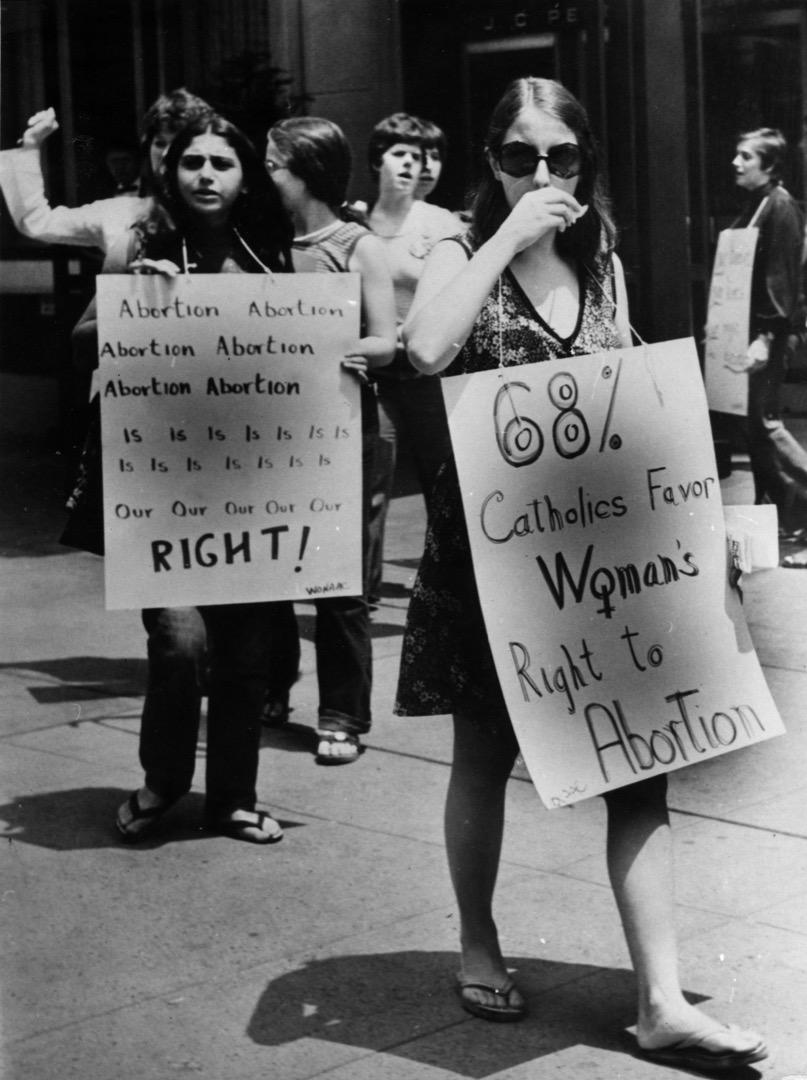 1973年聯邦最高法院對「羅伊訴韋德」(Roe V. Wade)案的判決中,以7:2的絕對優勢判決墮胎權利屬於公民隱私權,應當受到憲法保護。