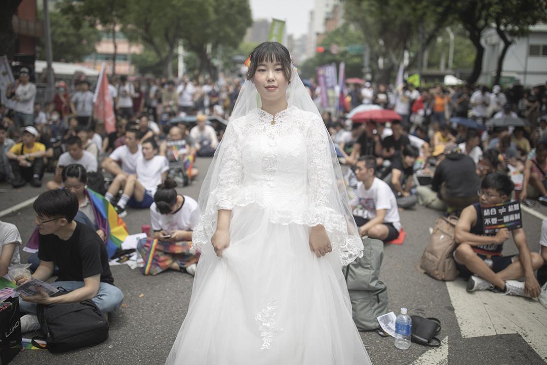 2019年5月14日,台北立法院外,團體「婚姻大平台」在青島東路上舉行「協商不能退」集會,一名參加者穿上婚紗。 攝:陳焯煇/端傳媒