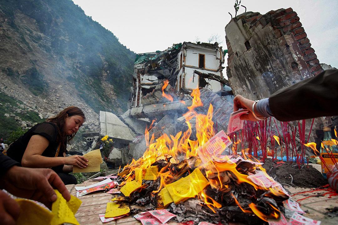 2009年5月12日,汶川地震一周年期間,市民在四川省北川縣的廢墟上祭祀。