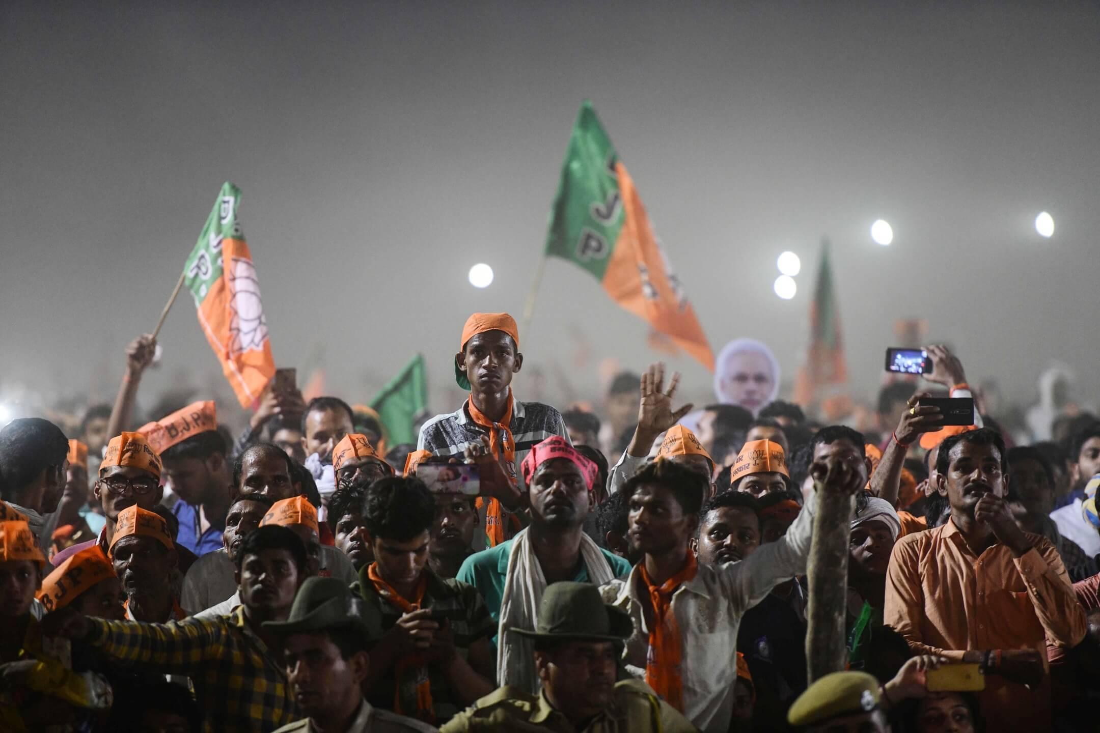 2019年5月9日,印度人民黨支持者到阿拉哈巴德參加一個選舉造勢大會,等候競逐連任的首相莫迪發表講話。 攝:Sanjay Kanojia/AFP/Getty Images