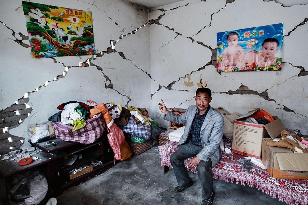2013年4月22日,一名地震倖存者在四川省雅安市廬山縣龍門王家村,展示他家是如何被破壞。