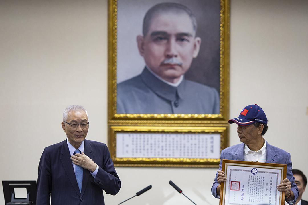 2019年4月17日,國民黨舉行中常會,台灣首富郭台銘(右)獲國民黨頒授國民黨榮譽狀,由黨主席吳敦義(左)頒發。