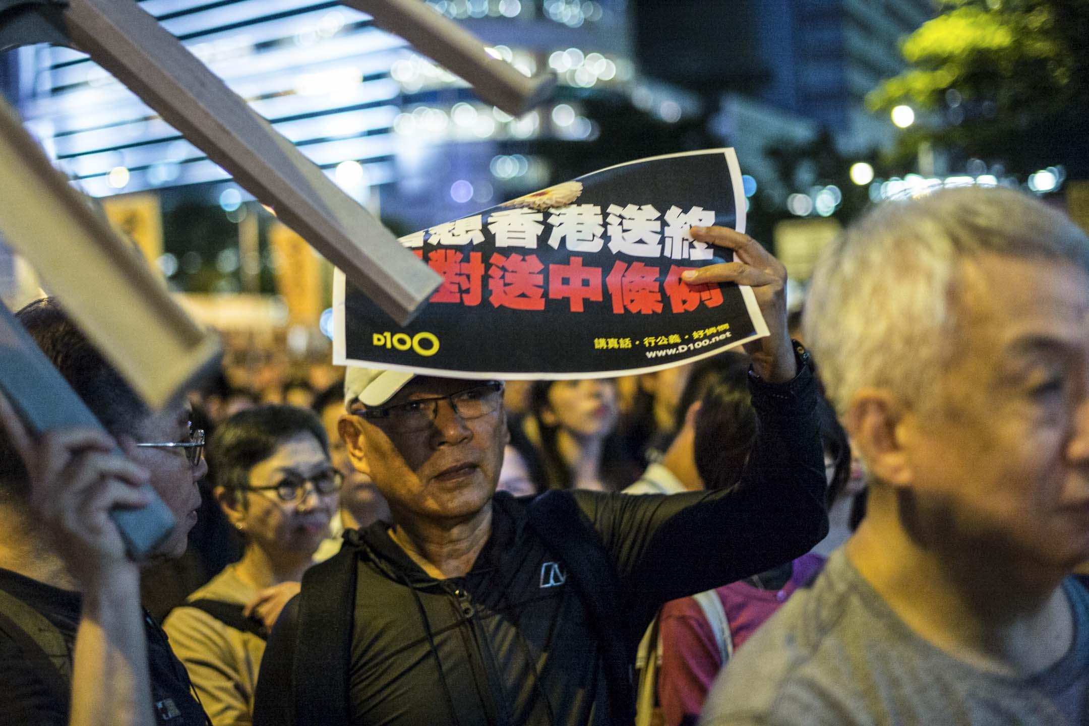 2019年5月10日,民陣在立法會外舉行集會,反對修訂《逃犯條例》,並聲援通宵留守於立法會會議室的民主派議員,約1000人出席。 攝:林振東/端傳媒