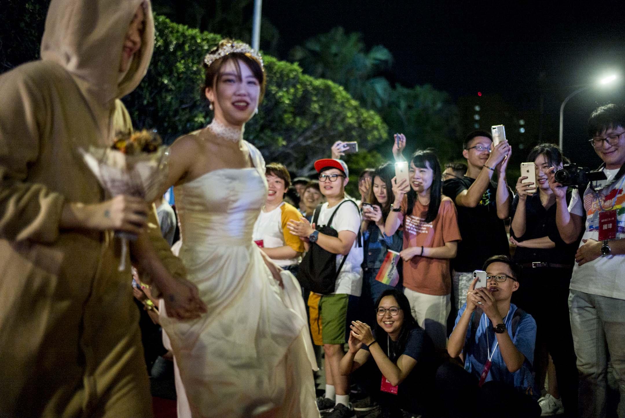 2019年5月25日,台灣伴侶權益推動聯盟在總統府前凱達格蘭大道舉辦「2019凱道同婚宴」,總計超過一百席,有超過1600人參與,場面盛大,現場也有20對新人進行證婚儀式。 攝:林振東/端傳媒