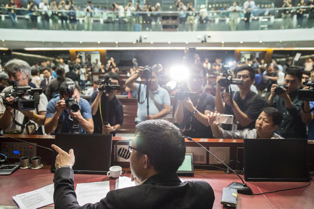 民主派承認的法案委員會主席涂謹申主持會議期間,大量記者在會場內採訪。