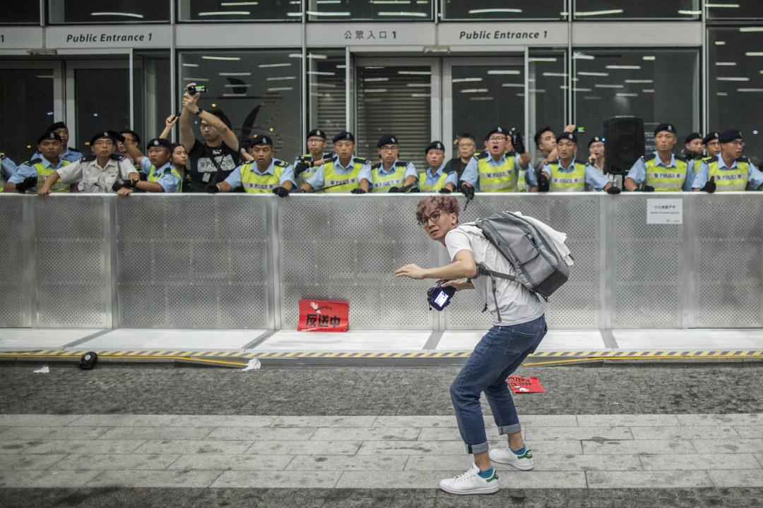 2019年6月10日凌晨,立法會被示威者衝擊,有人向警方投擲物品。  攝:林振東/端傳媒