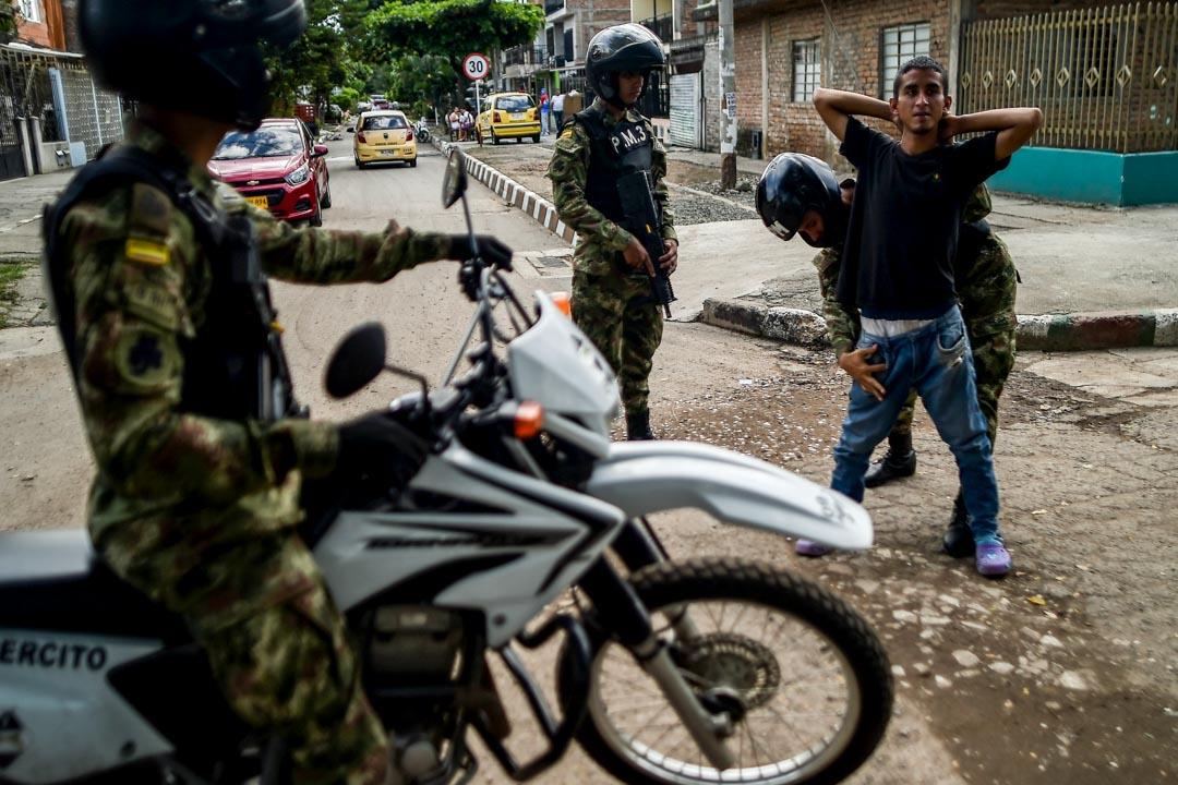 2018年5月26日,哥倫比亞總統選舉前夕,卡利當地士兵搜查了一名年輕男子。