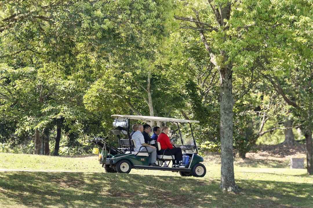 2019年5月26日,日本首相安倍晉三與美國總統特朗普在日本千葉縣的茂原鄉村俱樂部打高爾夫球時,一同坐在高爾夫球車上。