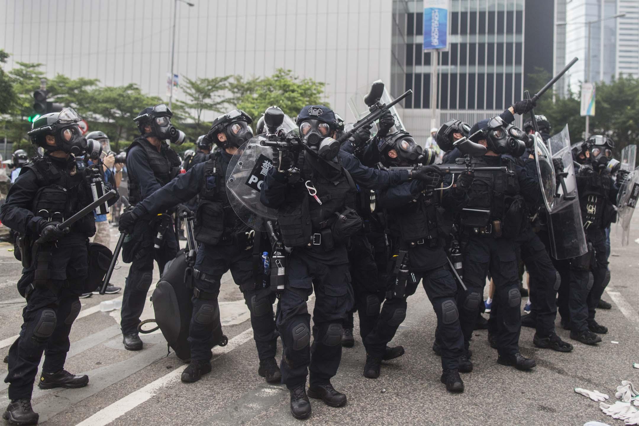 2019年6月12日,警方進行金鐘夏慤道的清場行動。 攝:林振東/端傳媒