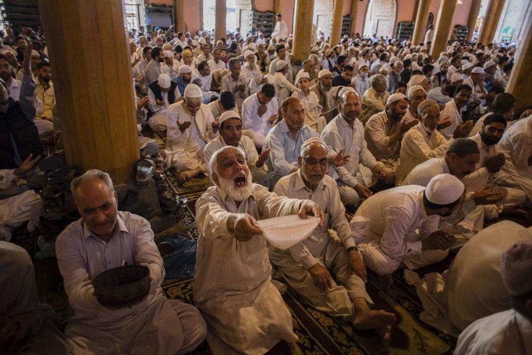 2019年5月31日,印度查謨-克什米爾邦的清真寺內,一名穆斯林老人在做齋月的祈禱。