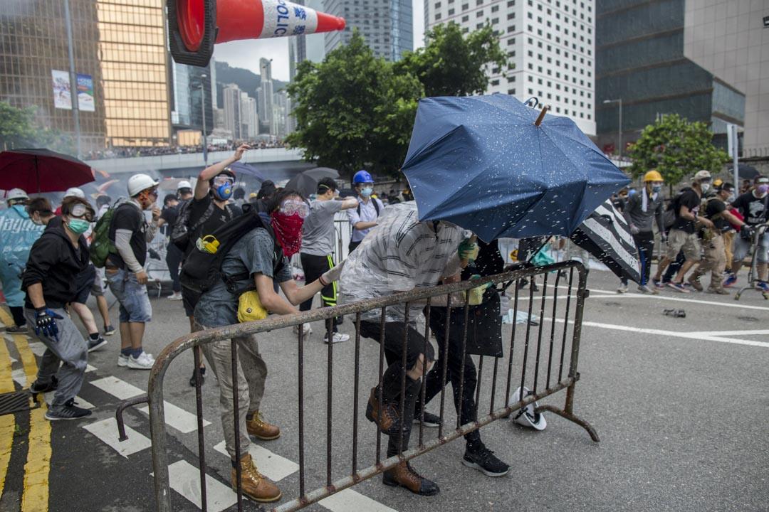 2019年6月12日下午三點左右,示威者衝擊防線,對峙的警察突然全部撤了回去,只留下20人不到的速龍小隊,示威者最終能成功佔領添華道。