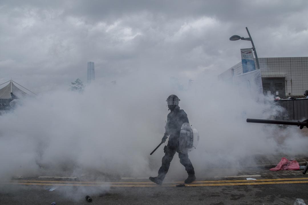 2019年6月12日,一名防暴警察在金鐘龍和道清埸。