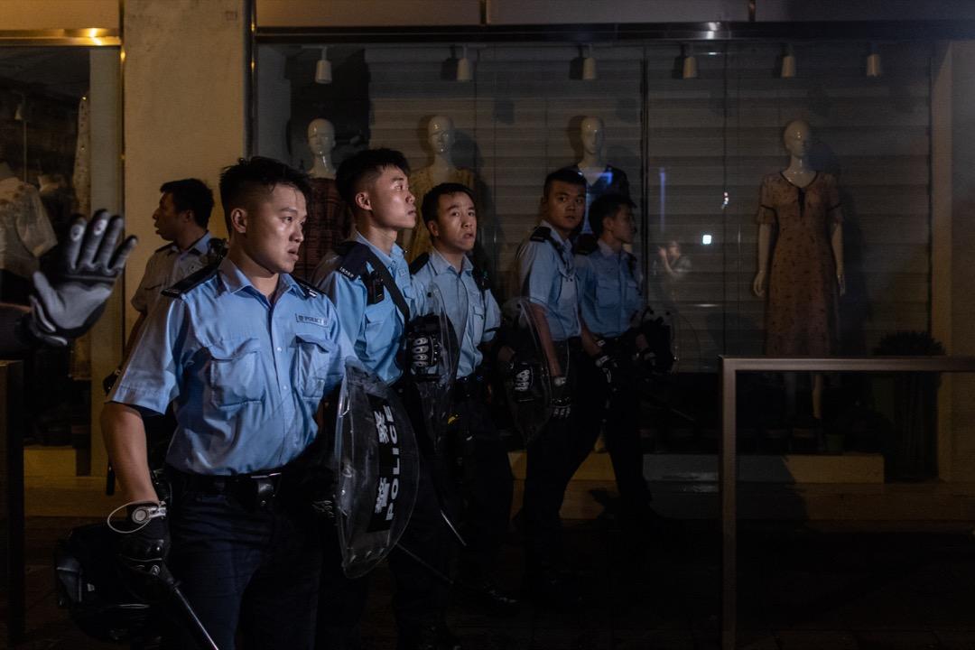 2019年6月27日凌晨,示威者發起包圍警察總部行動,後被警員驅趕至附近街道。